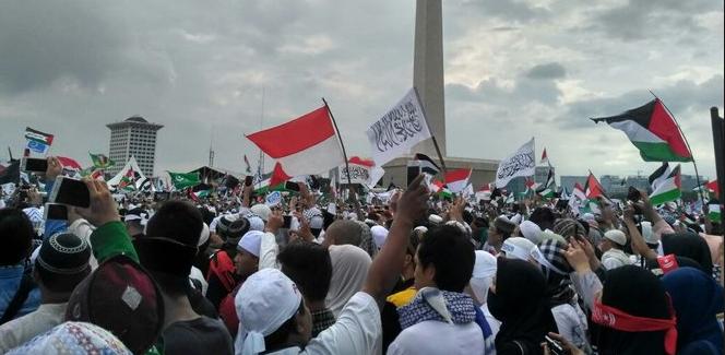 Massa aksi bela Palestina salat Subuh berjamaah di Monas