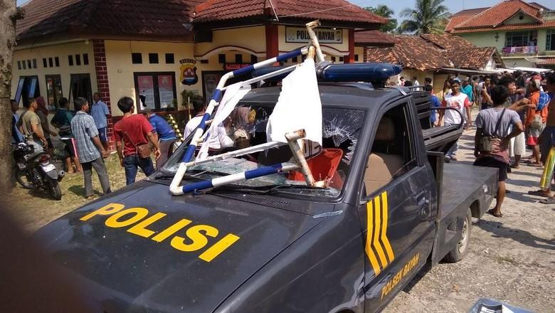 Polsek Bayah Banten Diserang: Mobil Dibakar, Kantor Diacak ...