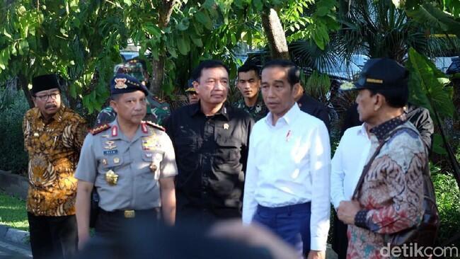 Potret Jokowi Berkemeja Putih Tinjau Gereja yang Diserang Bom