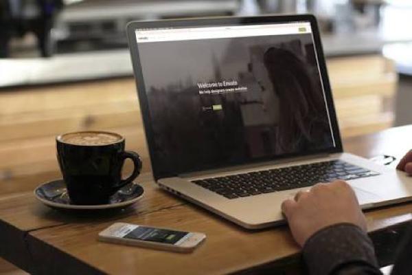 Punya Kebiasaan Pakai Laptop Sambil Ngopi? Wajib Extra Hati-Hati