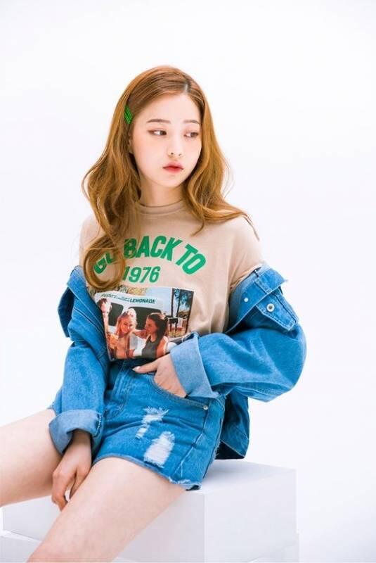 Upgrade Style Kaus Oblongmu Jadi Ala Cewek Korea Ini. Biar Nggak Monoton Tentunya
