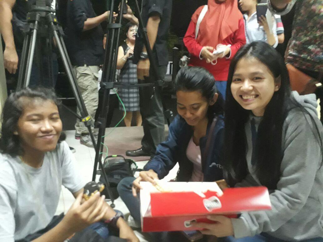 Mahasiswa UNIKA Widya Mandala Bagikan Kue ke Keluarga Korban Bom Surabaya