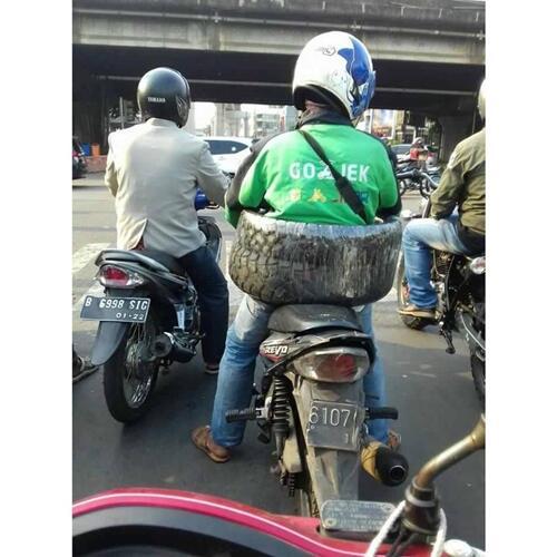 Kasihan! Driver Ojek Online Ini Bawa Barang Gede Pakai Motor, Siapa Yang Kayak Gini?