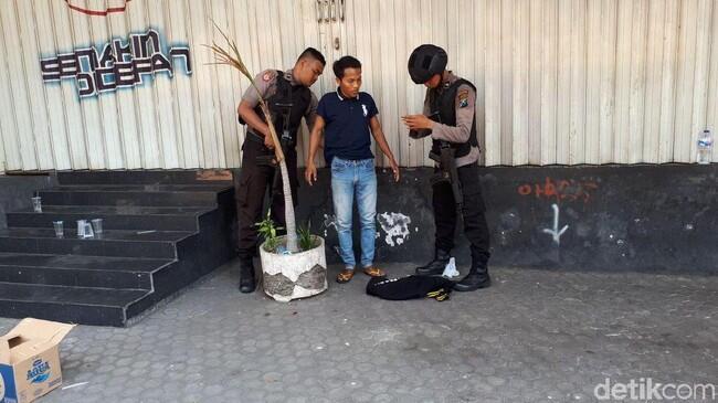 Seorang Pemuda Mencurigakan Diamankan di Dekat Polrestabes Surabaya