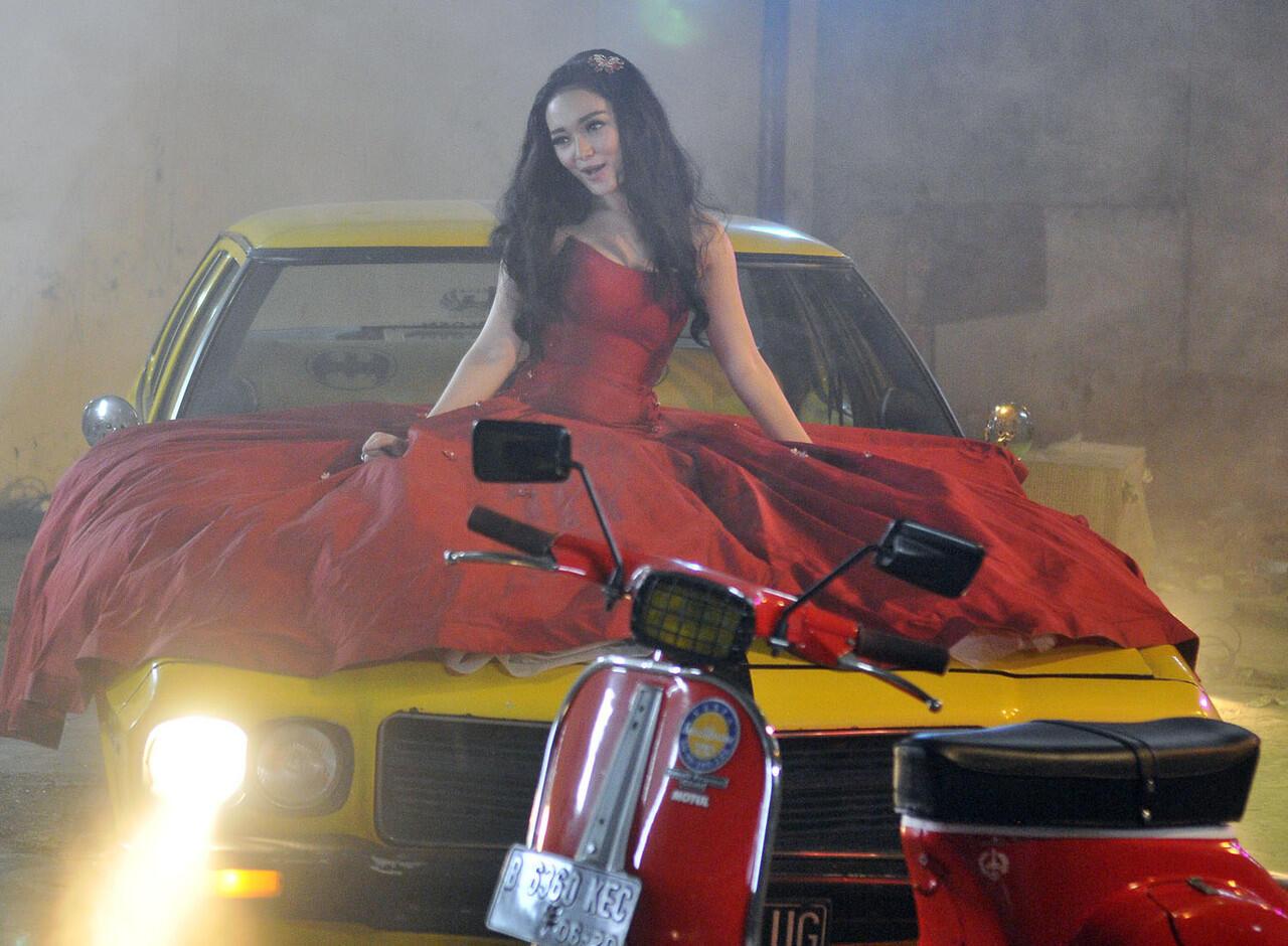 Zaskia Gotik in Red