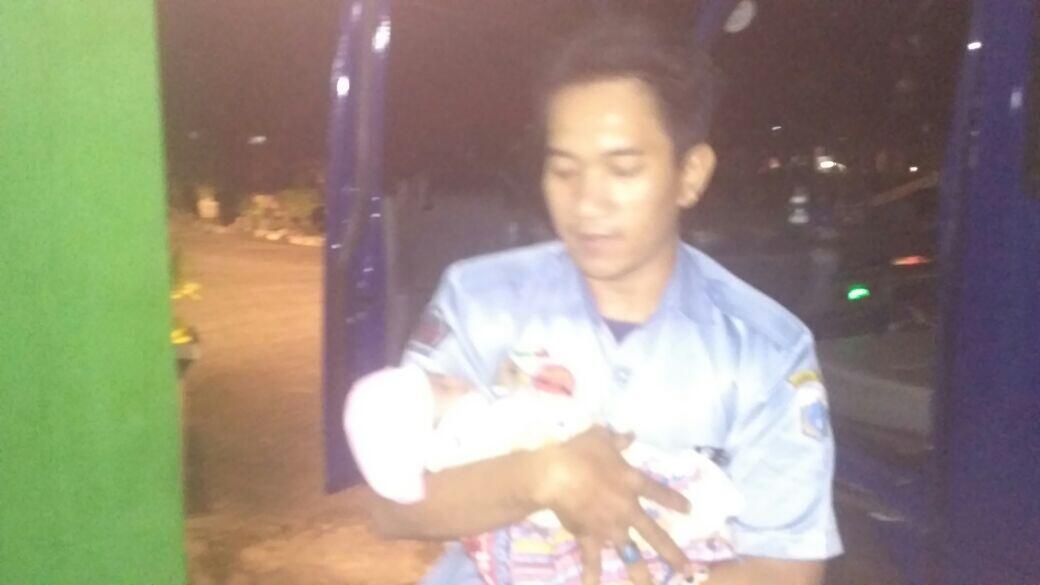 Bayi Malang Ditemukan Warga Tambora di Gerobak Sampah