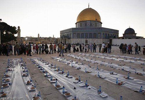 5 Tradisi Ramadhan di berbagai negara, ada yang nembakin meriam!