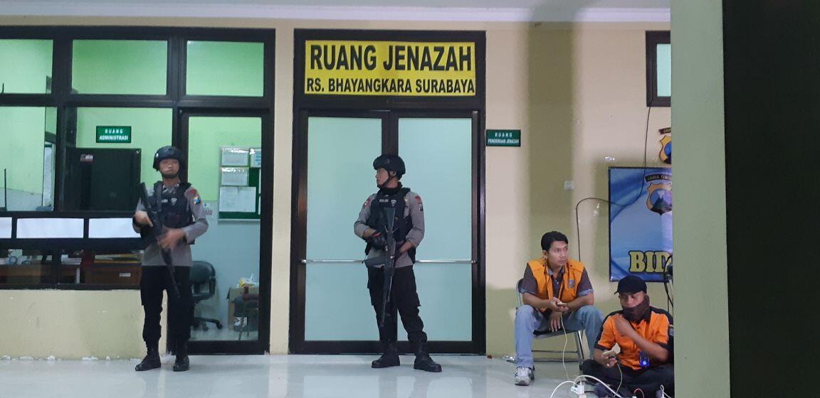 Datangi Ruang Jenazah RS Bhayangkara, Dua Perempuan Hindari Awak Media