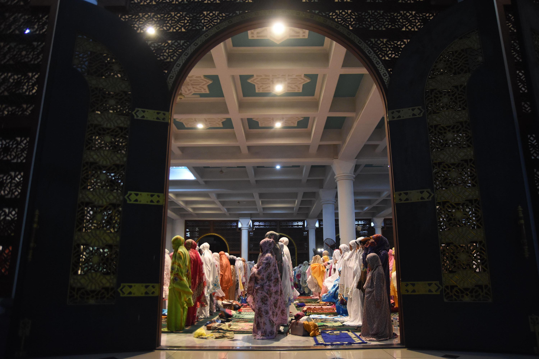 10 Potret Tarawih Perdana, Khidmat Menyambut Ramadan