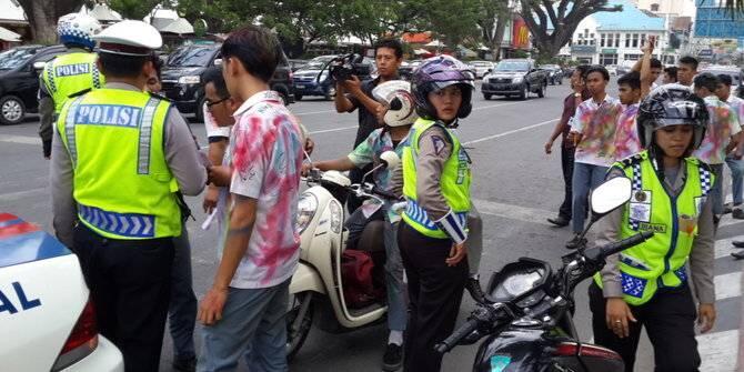 Ditangkap Polisi Saat Konvoi Kelulusan, Siswa Ini Langsung Bikin Salfok ..OMG !