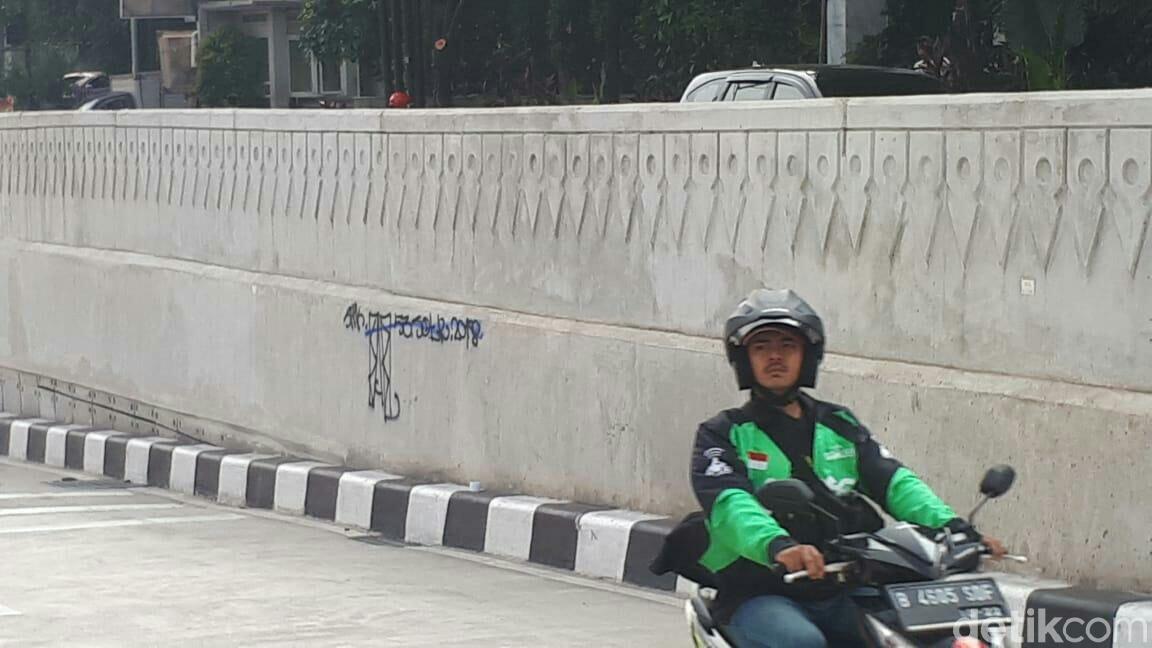 Duh! Underpass Mampang-Kuningan Dikotori Coretan Oleh Peserta 'Sahur On The Road'