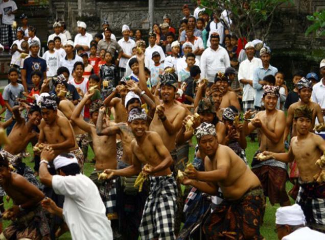 5 Berbagai Tradisi lebaran di Indonesia, ada yang lempar ketupat!