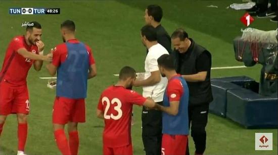 Cara Unik Timnas Sepakbola Tunisia Berbuka Puasa di Tengah-Tengah Pertandingan