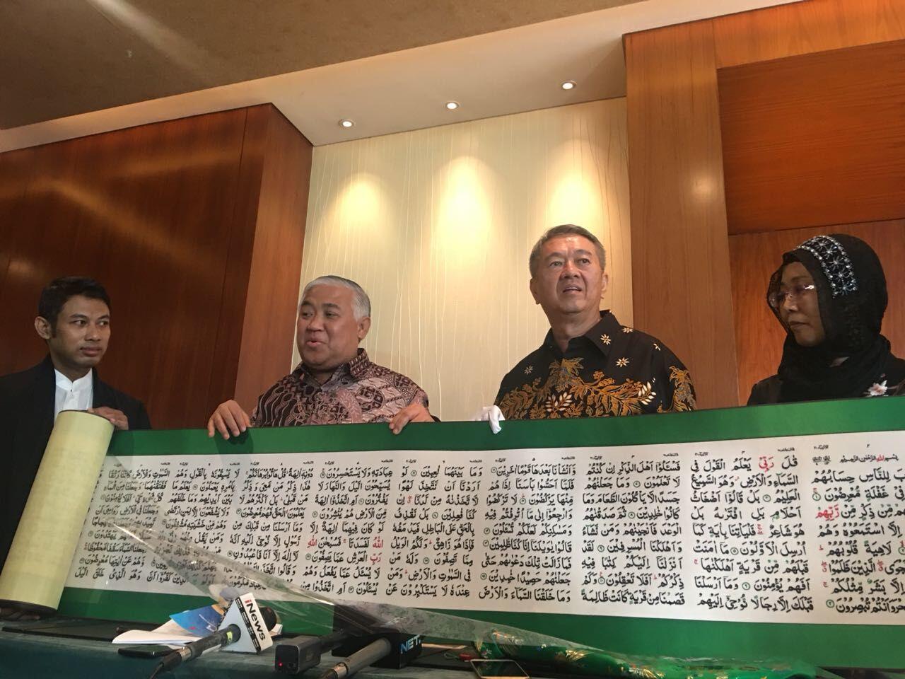 Presiden Jokowi Terima Mushaf Alquran Sulaman Pertama di Dunia