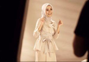 Gaya Busana Hijab Laudya Cynthia Bella Cocok Untuk Baju Baru Lebaran Kamu!!