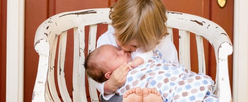 Perhatikan 10 Sikap Ini Saat Kamu Mengunjungi Bayi yang Baru Lahir