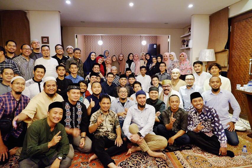Dahsyat! Seleb Indonesia Tunggu Buka Puasa Bareng Ustadz Abdul Somad dan Felix Siauw