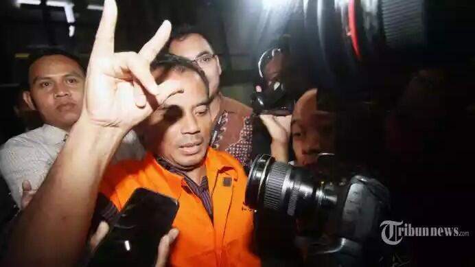 Bupati Purbalingga Acungkan Salam Metal Saat Ditangkap KPK, PDIP: Kami Dirugikan