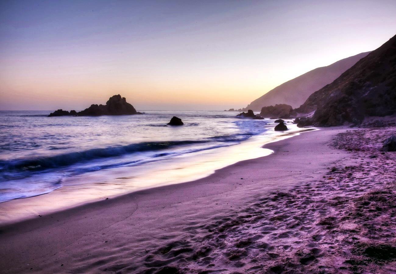 5 Pantai dengan Pasir Warna-warni Terindah di Dunia
