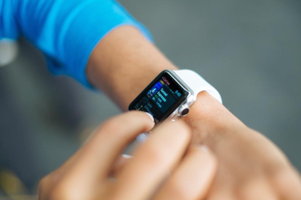 Kamu Cowok Petualang? Ini 5 Alasan Harus Pakai Smartband