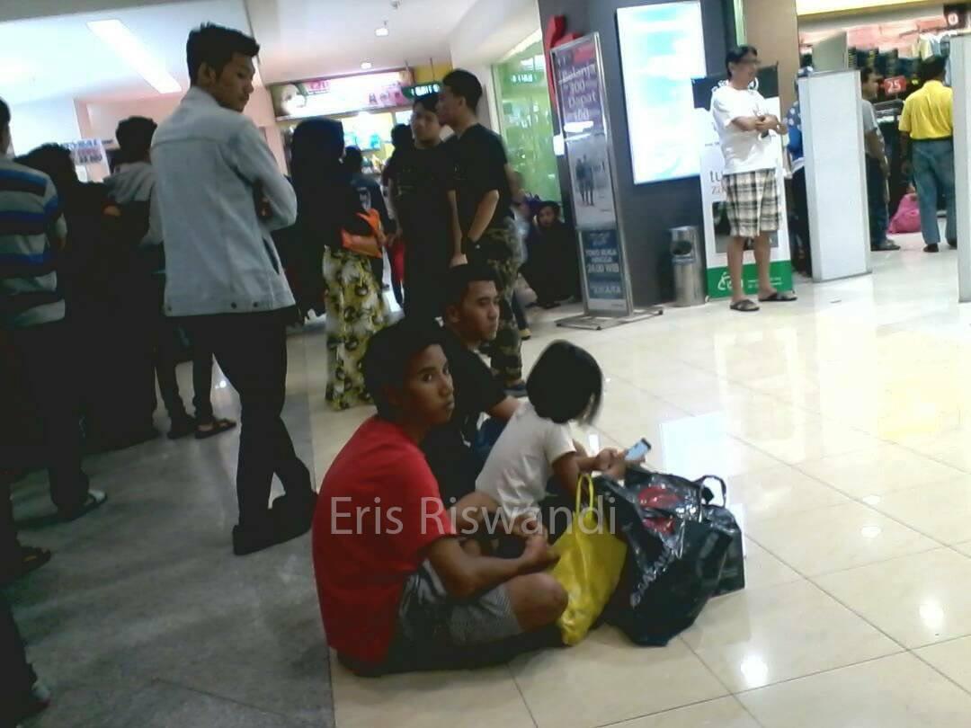Bapak-bapak Tunggu Istri Belanja Jelang Lebaran, Foto-fotonya Bikin Ngakak