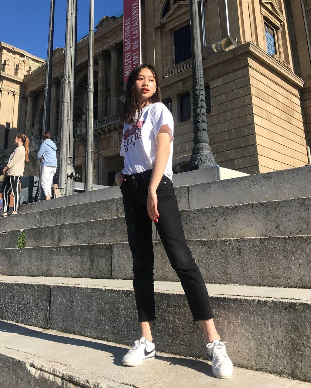 10 Inspirasi Outfit OOTD ala Beauty Vlogger Nuria Ma, Casual Banget!