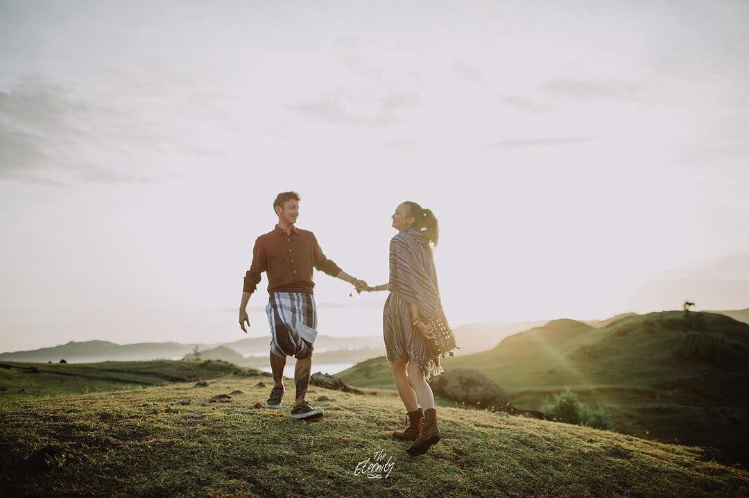 Bertema Traveling, 9 Potret Pre Wedding Dimas-Nadine Bikin Baper