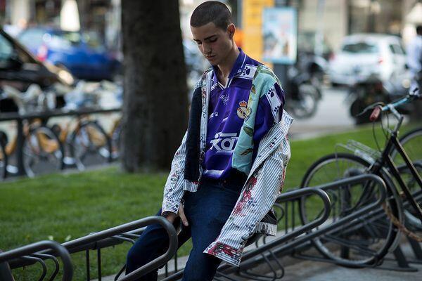 9 Inspirasi Style Jersey Bola Buat Cowok, Biar Tampil Keren Waktu Nobar!