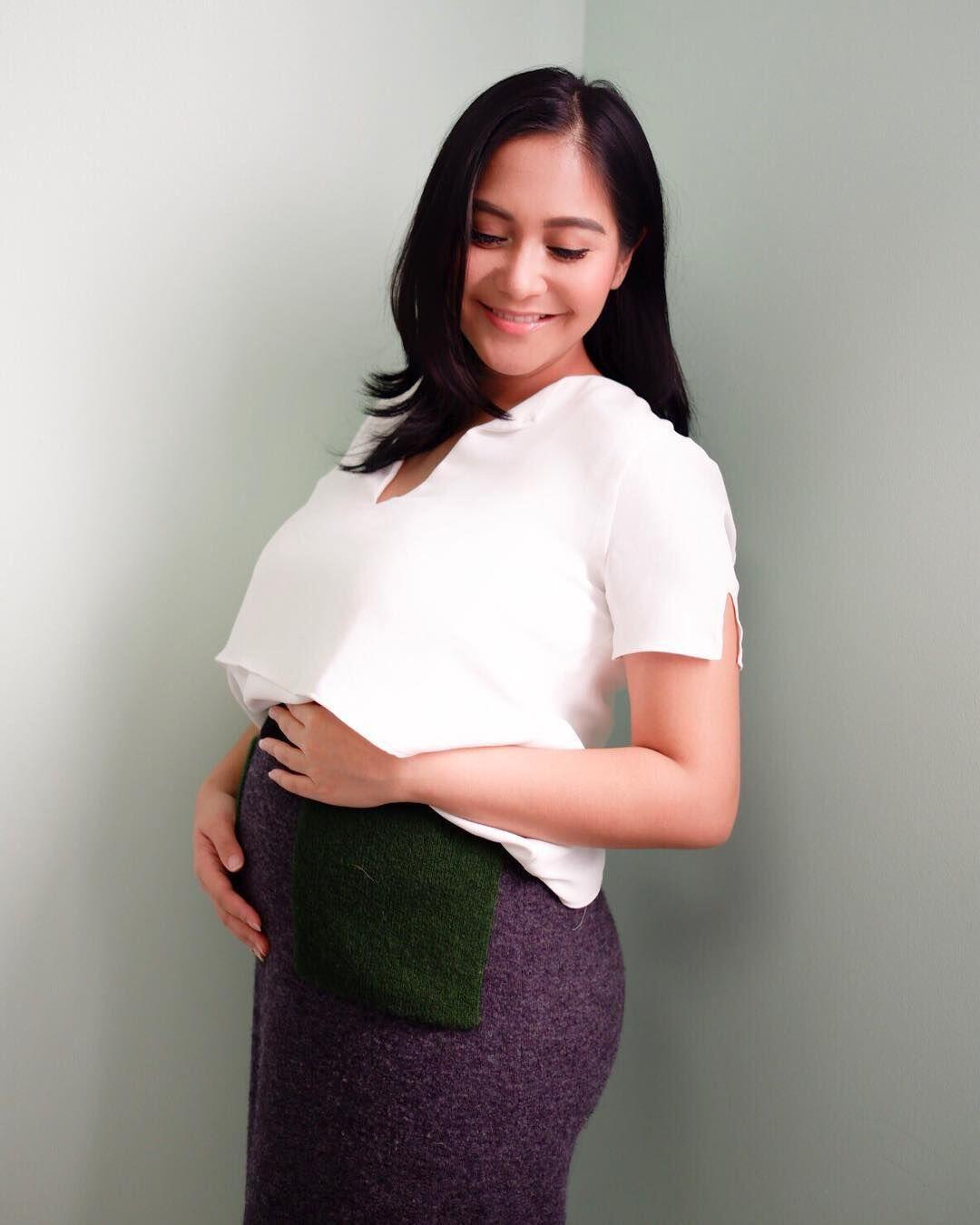 9 Potret Kehamilan Caca Tengker, Makin Manis dan Bersahaja