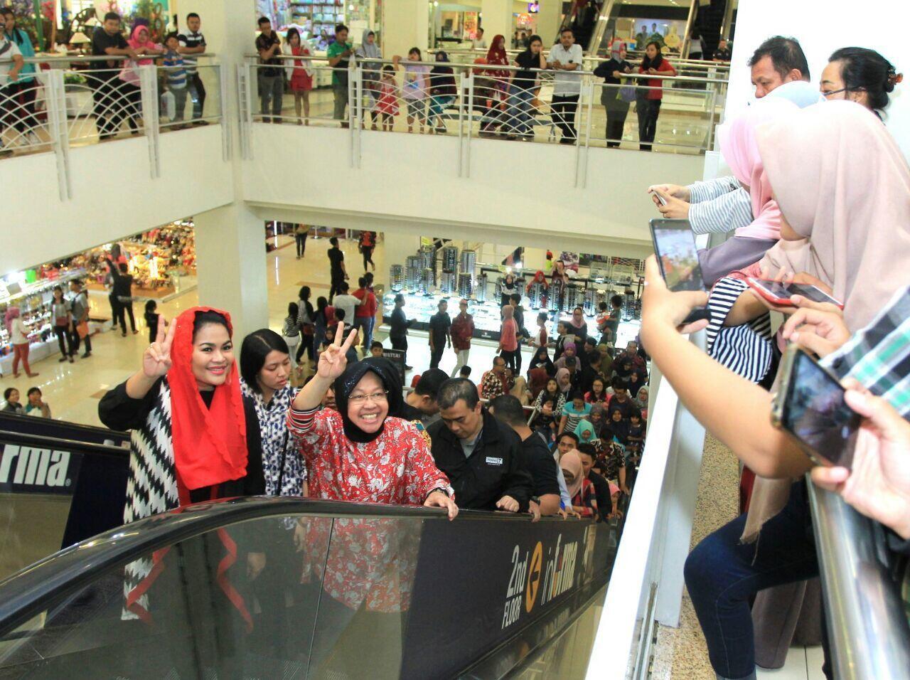 """Risma dan Puti Kampanyekan """"Salam Dua Jari"""" di Mall"""