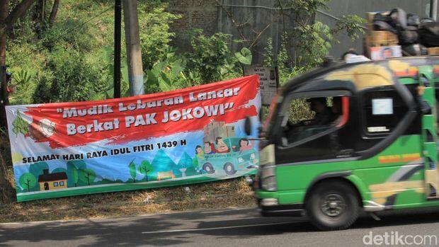 Muncul Spanduk 'Mudik Libur Lebaran Lancar Berkat Pak JOKOWI' di Nagreg