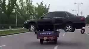 Pria Asal China Ini Membawa Sebuah Mobil Sedan Dimotor Bak Miliknya!