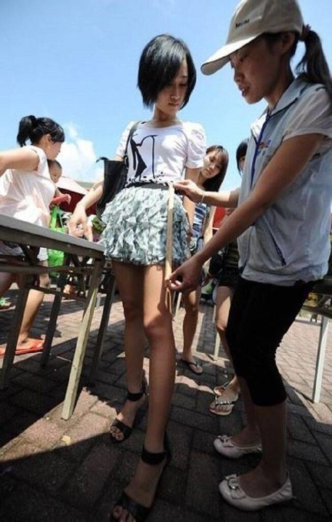 Demi Dapet Tiket Murah , Para Cewek ini Rela Memakai Rok Mini Kurang dari 38 cm...