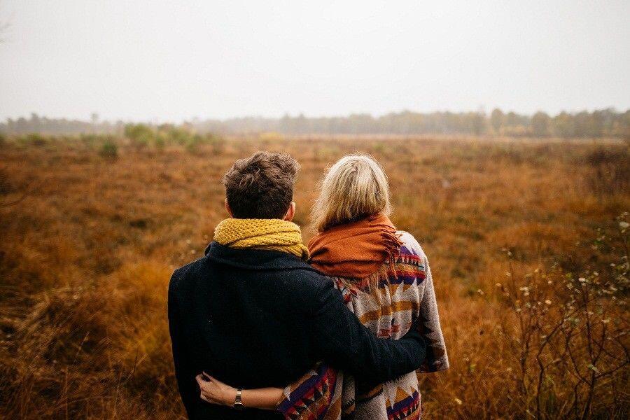 Bikin Iri, 4 Zodiak Cewek Ini Hobi Gandeng Pasangannya di Depan Umum
