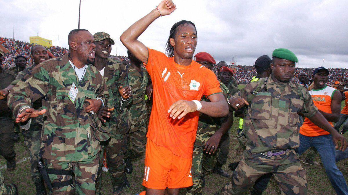 Jalan Pedang Pesepak Bola: Menantang Diktator, Melawan Penindas