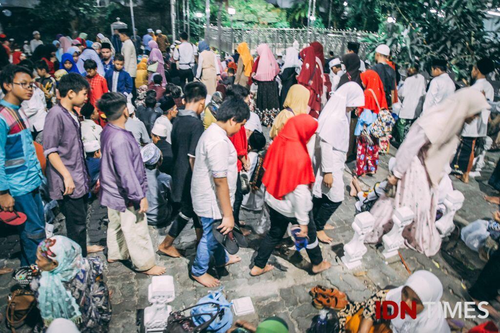 30 Potret Suasana Jelang Akhir Ramadan di Makam Sunan Ampel Surabaya