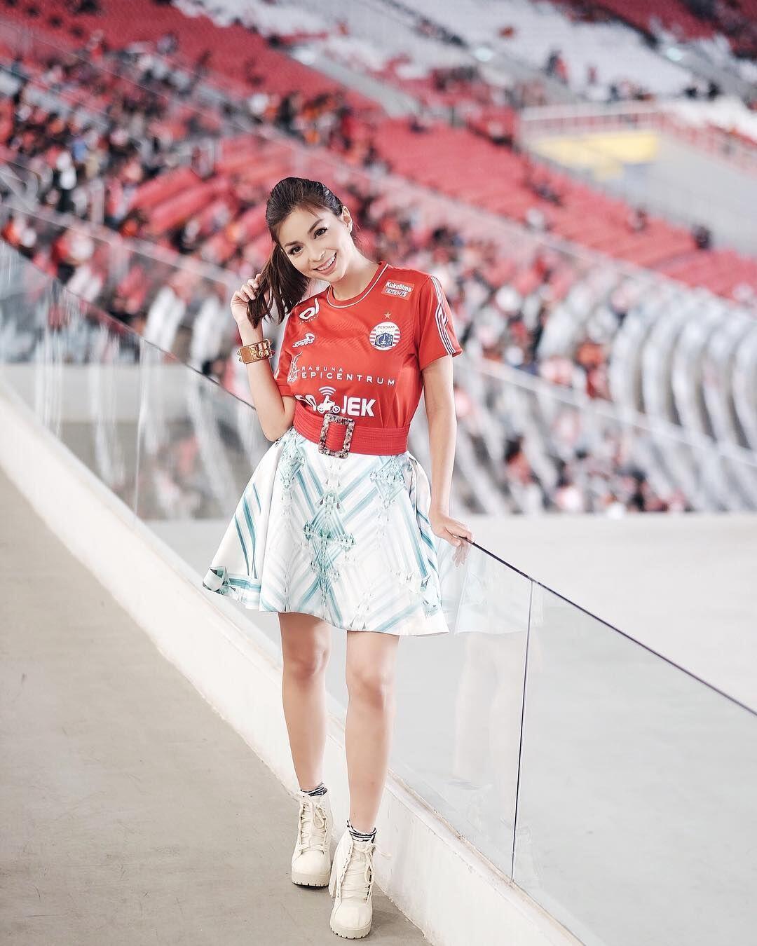 10 Potret Sandra Olga Presenter Sepak Bola yang Sangat Menawan