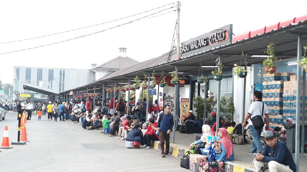 Membeludak, Pemudik Harap Ruang Tunggu Stasiun Senen Ditambah