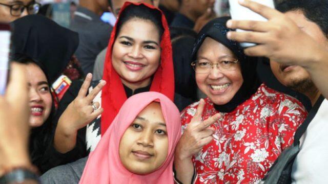Puti-Risma Sahur Lesehan di Trotoar Surabaya