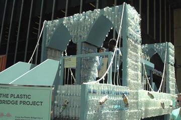Seniman Ini Gunakan 25 Ribu Botol Plastik Bekas untuk Membuat Jembatan