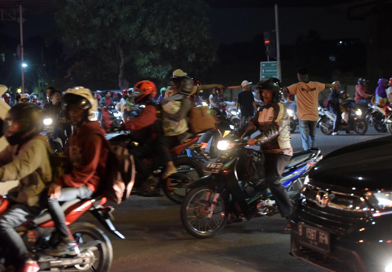 Pemudik Pakai Motor Melintasi Jalan Kalimalang