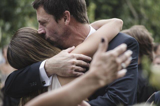 Memberi Rasa Aman, 6 Alasan Cewek Mencari Kekasih yang Mirip Ayahnya