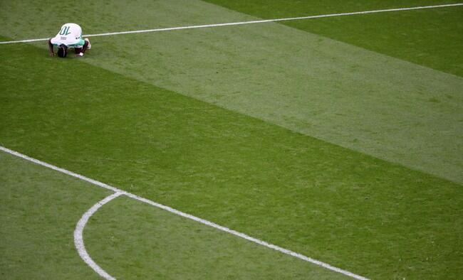 Salah dan Pemain Lain yang Sujud Usai Mencetak Gol