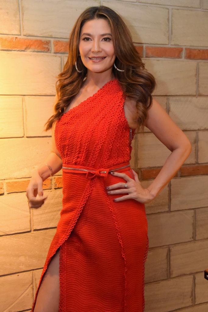 Tamara Bleszynski Anggun Pakai Gaun Merah
