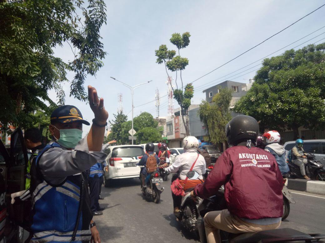 Dishub Surabaya Mulai Gembok Mobil yang Parkir Sembarangan