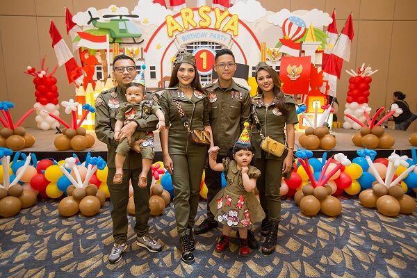 10 Potret Kompaknya Outfit Keluarga Anang-Ashanty yang Fashionable