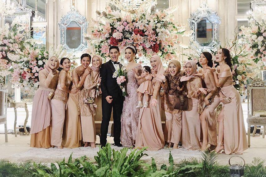 Mewah dan Elegan, 10 Potret Bahagia Resepsi Pernikahan Erica Putri