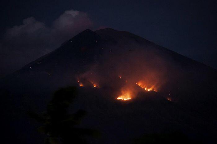 Gunung Agung lontarkan lava pijar