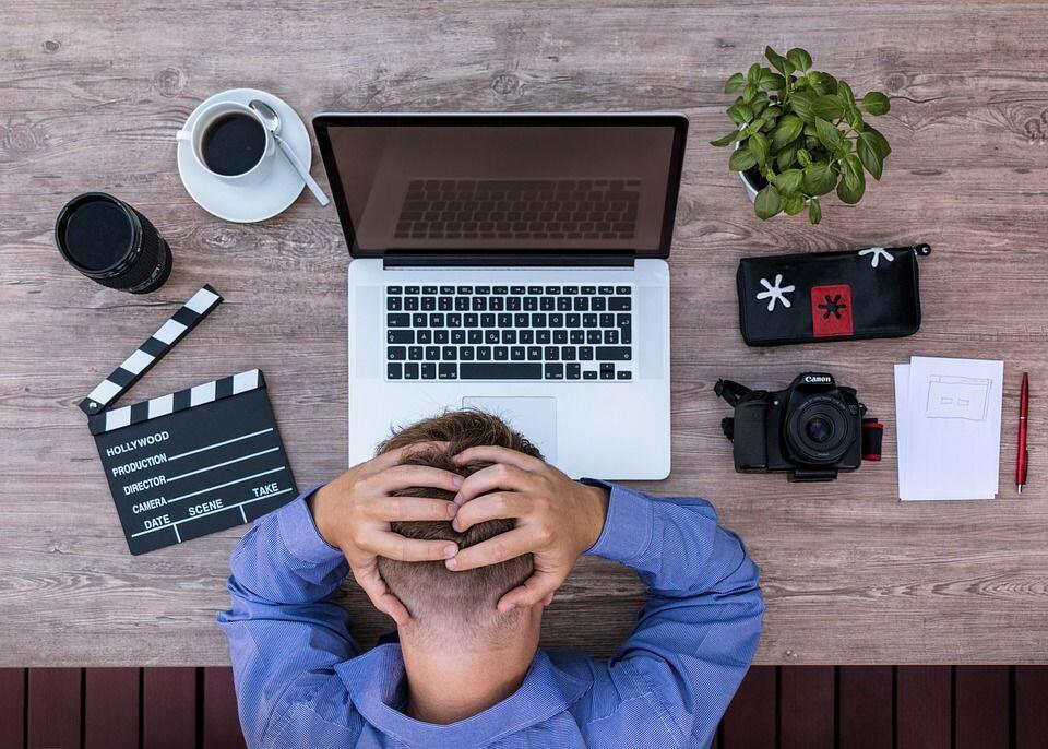 [REVIEW] Novel Resign!: Dilema Antara Benci dan Cinta