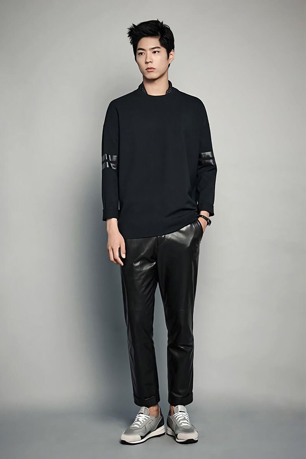 9 Mix & Match Outfit dengan Celana Hitam ala Park Bo Gum